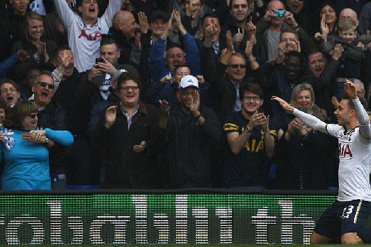Gelandang Tottenham Hotspur, Christian Eriksen, merayakan gol pertama timnya ke gawang Southampton pada pertandingan Premier League di White Hart Lane, Minggu (19/3/2017).