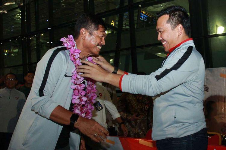 Menpora Imam Nahrawi (kanan) mengalungkan bunga kepada pelatih kepala Timnas U 22 Indra Sjafri (kiri) setibanya di Bandara Soekarno Hatta, Tangerang, Banten, Rabu (27/2/2019) malam. Timnas U 22 berhasil keluar sebagai juara pada pertandingan sepakbola Piala AFF U 22 dengan mengalahkan Thailand dengan skor 2-1.