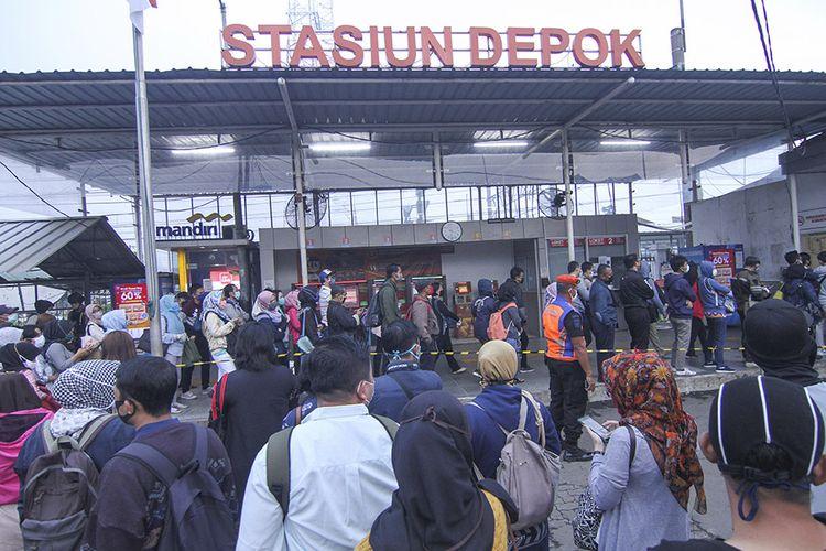 Calon penumpang KRL Commuter Line antre menunggu kedatangan kereta di Stasiun Depok Lama, Depok, Jawa Barat, Selasa (14/4/2020). Antrean tersebut dampak dari kebijakan pembatasan jumlah penumpang di setiap rangkaian kereta dalam rangka percepatan penanganan pandemi COVID-19.