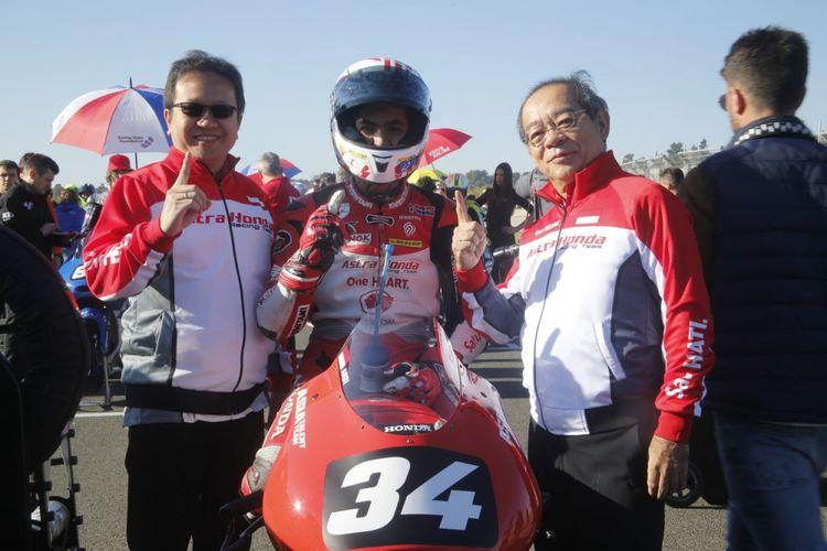 Andi Gilang bersama Presiden Direktur AHM Toshiyuki Inuma (kanan) dan Direktur Pemasaran AHM Thomas Wijaya.
