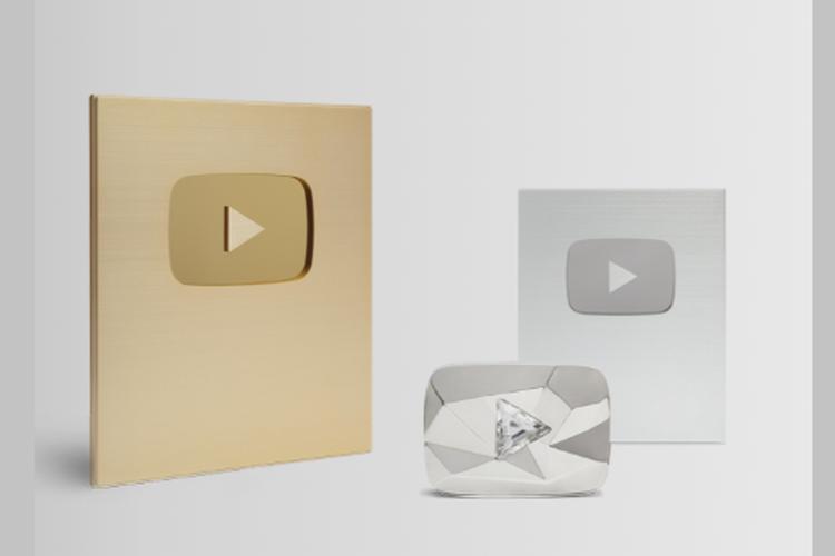 Plakat penghargaan Silver Play Button, Gold Play Button, dan Diamond Play Button dari YouTube.