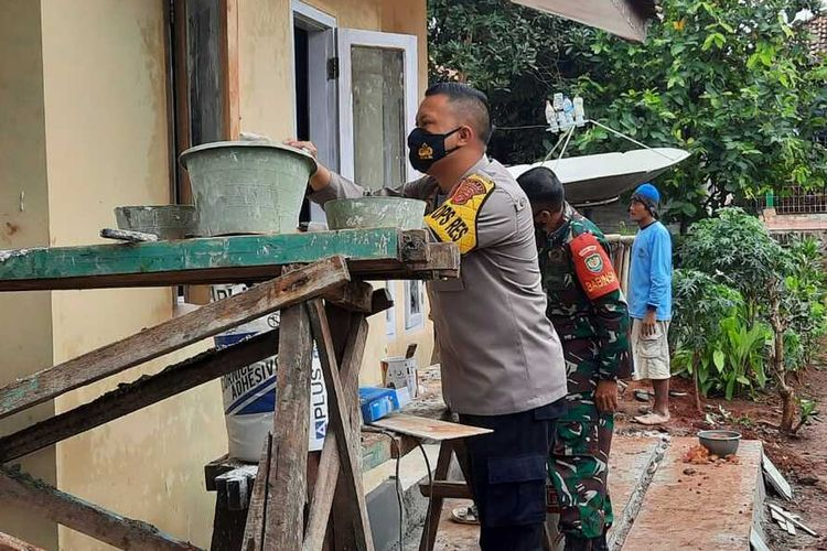 Wakapolres Subang Kompol Dony Eko Wicaksono saat ikut merampungkan pembangunan rumah Kopka Hamim Mulyono di Kecamatan Purwadadi, Subang, Kamis (21/1/2021).