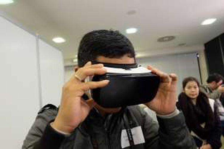 Merasakan pengalaman realitas virtual dengan menggunakan Samsung Gear VR