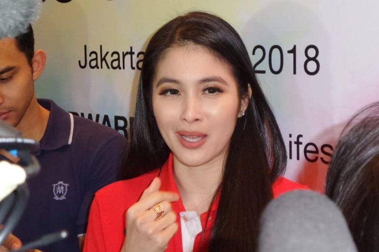 Sandra Dewi saat menghadiri jumpa pers The Color Run Hero Tour di Glass House The Ritz-Carlton, SCBD, Jakarta Selatan, Senin (30/7/2018).