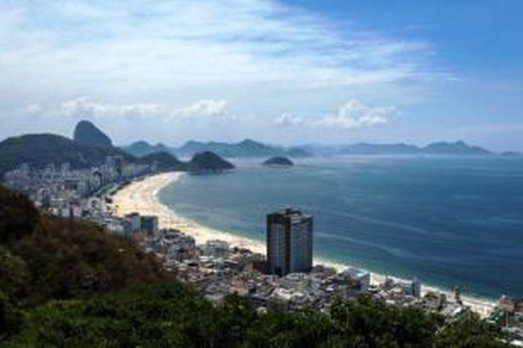 Pemandangan pantai Copacabana di Rio de Janeiro, Brasil.