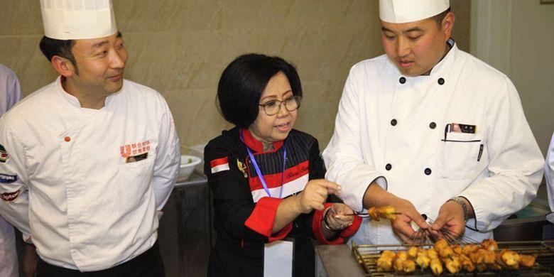 Sisca Soewitomo bersama tim koki China pada peresmian restoran Wonderful Indonesia di Luoyang, Provinsi Henan, China yang berada lantai 25 Hotel Peony Plaza, Sabtu (1/4/2017).