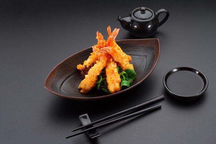 Ilustrasi tempura udang di atas piring saji nan cantik.