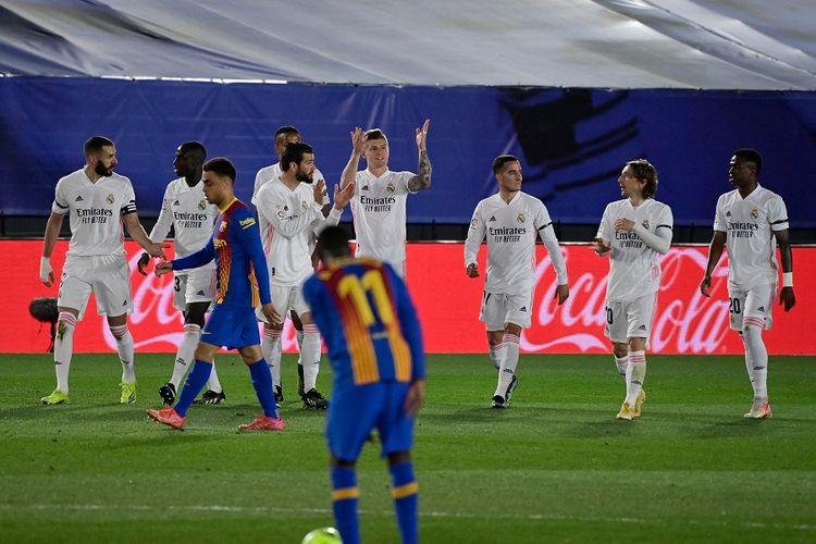 Para pemain Real Madrid merayakan gol Toni Kroos (mengangkat tangan) dalam partai bertajuk el clasico lanjutan La Liga Spanyol Real Madrid vs Barcelona di Stadion Alfredo di Stefano, Sabtu (10/4/2021) atau Minggu dini hari WIB.