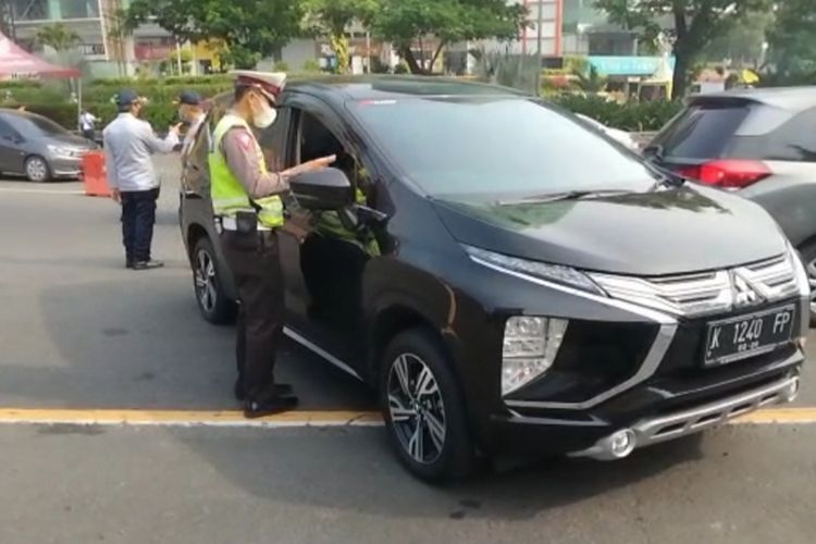 Sejumlah kendaraan roda empat dihentikan petugas gabungan di pos penyekatan Bundaran Waru, perbatasan Kota Surabaya dan Kabupaten Sidoarjo, Jawa Timur, Kamis (6/5/2021).