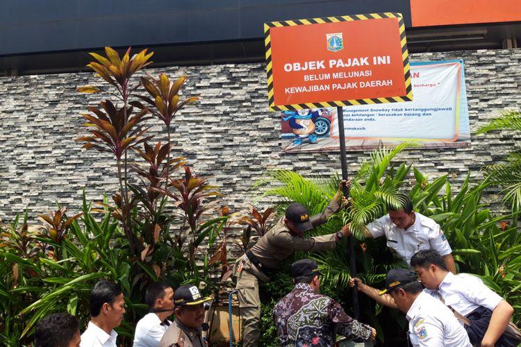 Pemasangan plang tunggakan pajak di Snowbay TMII oleh Pemkot Jakarta Timur, Pasar Rebo, Rabu  (24/10/2018)