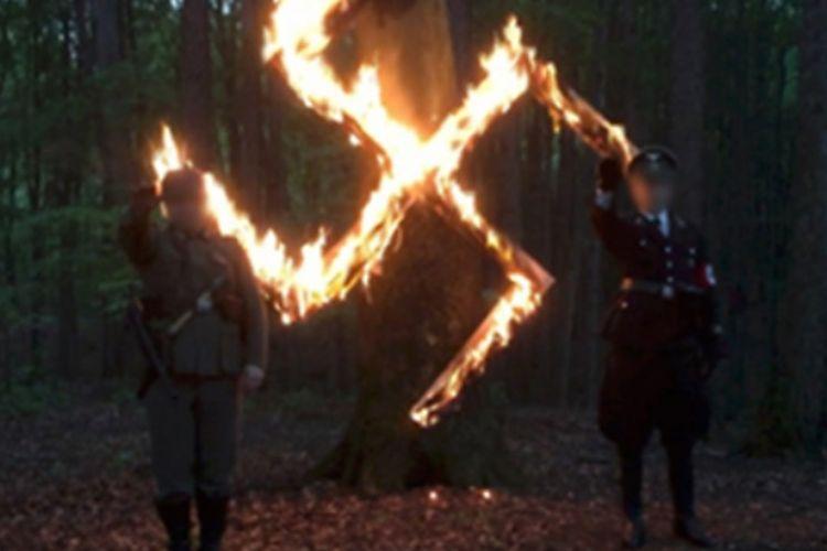 Anggota kelompok neo-Nazi Polandia dilaporan sebuah stasiun televisi swasta lokal merayakan ulang tahun Adolf Hitler.