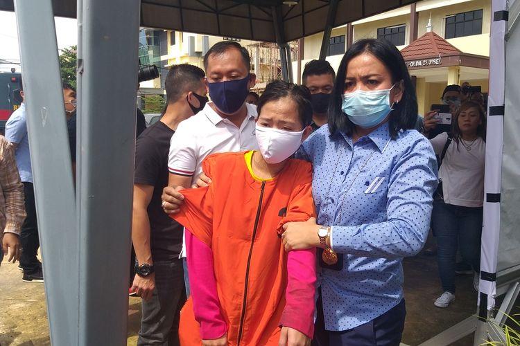 Romiati Wulan Sari (25) babysitter yang membuat rekayasa penculikan untuk memeras majikannya ketika berada di Polda Sumatera Selatan, Kamis (16/4/2020).