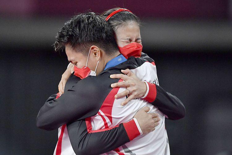 Pebulu tangkis ganda Putri Indonesia Greysia Pollii (kiri) dan Apriyani Rahayu berpelukan setelah mereka berhasil meraih untuk nomor bulutangkis ganda putri  Olimpiade Tokyo 2020 di Musashino Forest Sport Plaza, Tokyo, Jepang, Senin (2/8/2021). Greysia Pollii/Apriyani Rahayu berhasil meraih medal emasi setelah mengalahkan Chen/Jia Yi Fan dua set langsung dengan skor 21-19 dan 21-15.