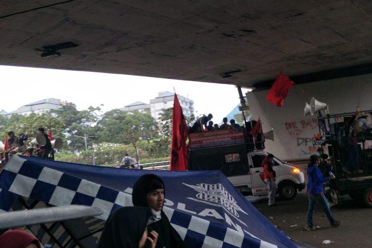 Demonstran rusak pos polisi lalu lintas di bawah kolong jembatan Senayan, Selasa (24/9/2019).