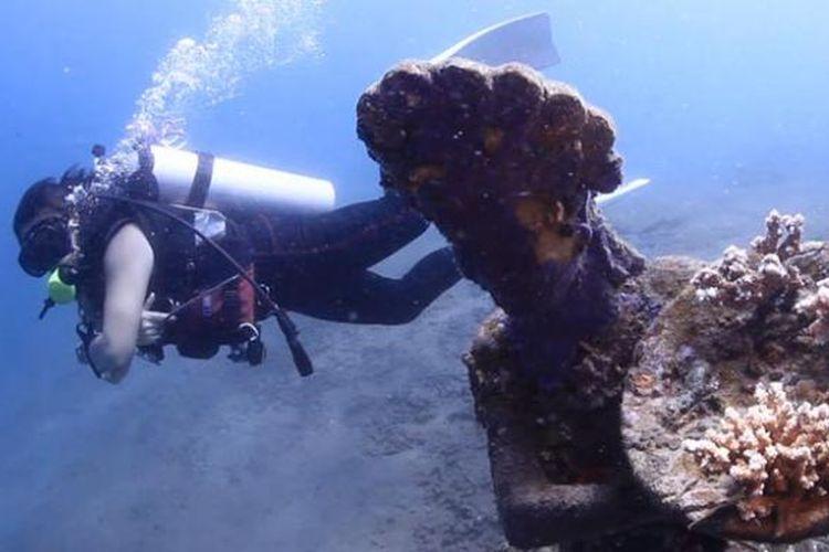 Satu dari tujuh patung yang terdapat dalam galeri di spot diving di Pantai Jemeluk, Amed, Karangasem, Bali.