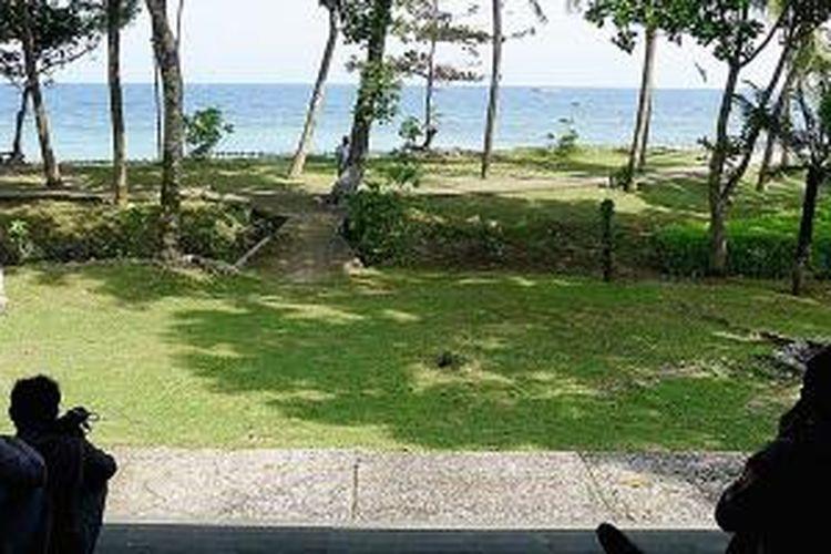 Sejumlah wisatawan menikmati panorama pantai di kawasan wisata Tanjung Lesung, Desa Tanjungjaya, Kecamatan Panimbang, Kabupaten Pandeglang, Banten, akhir Februari 2015. Di pantai wisata ini wisatawan juga dapat memancing, menyelam dan naik perahu.
