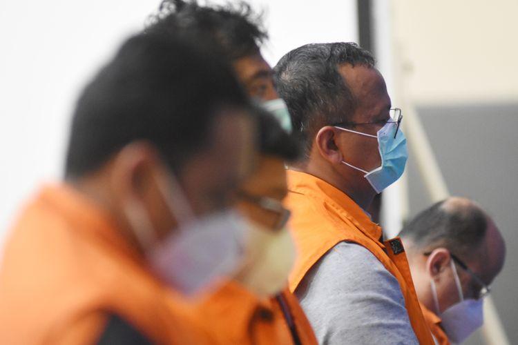 Menteri Kelautan dan Perikanan Edhy Prabowo (kedua kanan) ditunjukkan saat konferensi pers penetapan tersangka kasus dugaan korupsi ekspor benih lobster di Gedung KPK, Jakarta, Kamis (26/11/2020) dini hari. KPK menetapkan tujuh tersangka dalam kasus korupsi tersebut, salah satunya yakni Menteri Kelautan dan Perikanan Edhy Prabowo. ANTARA FOTO/Indrianto Eko Suwarso/aww.