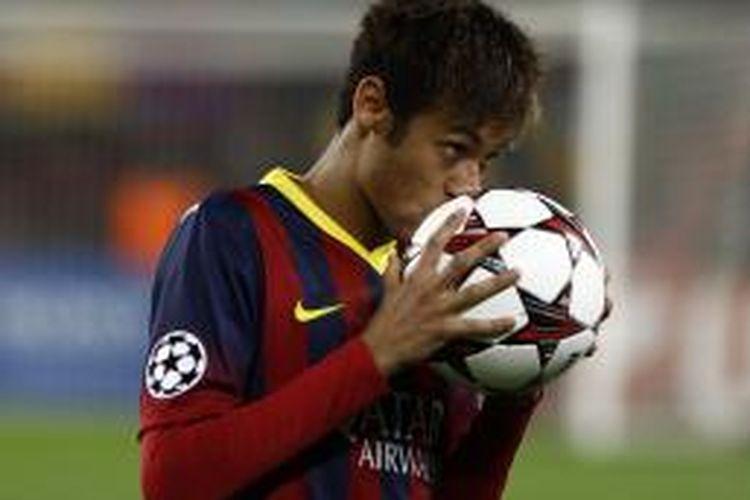 Penyerang Barcelona Neymar mencium bola setelah mencetak gol ketiganya (dari tiga) ke gawang Celtic, pada laga keenam Grup H Liga Champions, di Camp Nou, Rabu (11/12/2013).