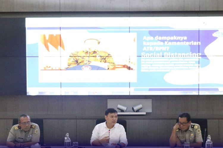 Wakil Menteri ATR/Wakil Kepala BPN Surya Tjandra memimpin rapat mitigasi Covid-19 di Kantor Kementerian ATR/BPN, Jakarta, Senin (16/3/2020).
