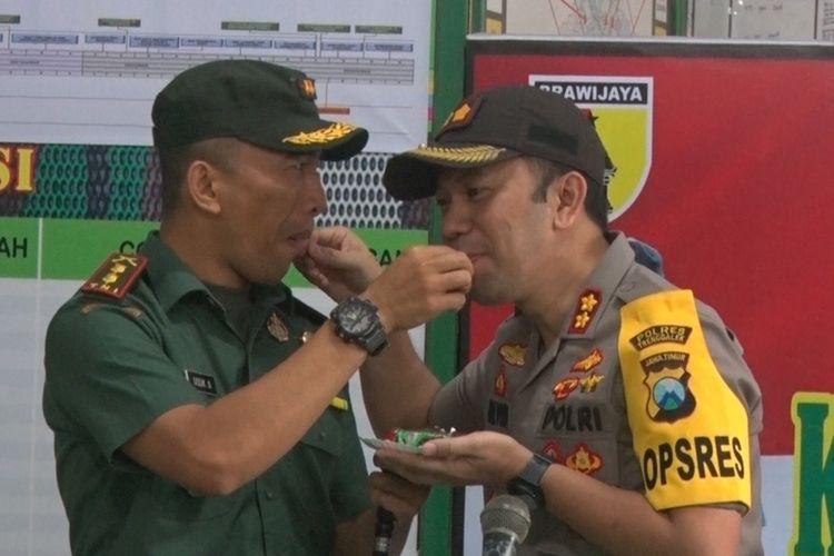 Dandim Trenggalek dengan Komandan Kodim Trenggalek, Saling menyuapi kue ketika pemberian ucapan HUT TNI ke74 di Makodim Trenggalek (04/10/2019).