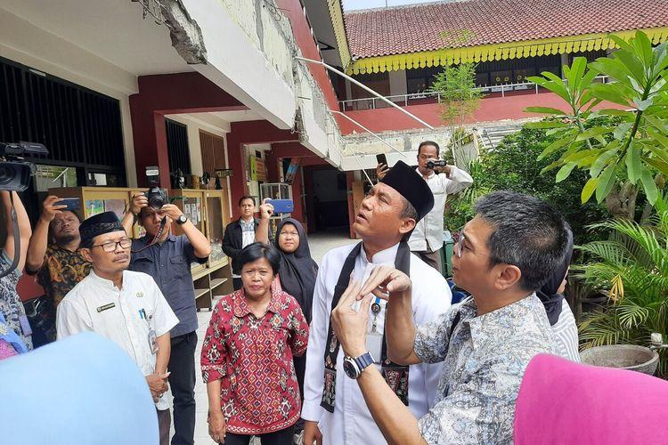Ketua Komisi E DPRD DKI Jakarta Iman Satria dan Plt Dinas Pendidikan DKI Syaefuloh Hidayat meninjau SDN 10 dan 12 Kembangan Utara yang kanopinya roboh, Jakarta Barat, Jumat (27/12/2019)