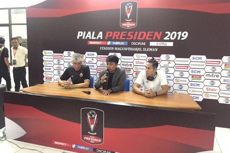 Pelatih Persija Jakarta, Ivan Kolev (kiri), dan Ryuji Utomo (kanan) saat konfrensi pers seusai laga pertama Grup D Piala Presiden 2019 melawan Borneo FC di Stadion Maguwoharjo, Selasa (05/03/2019).