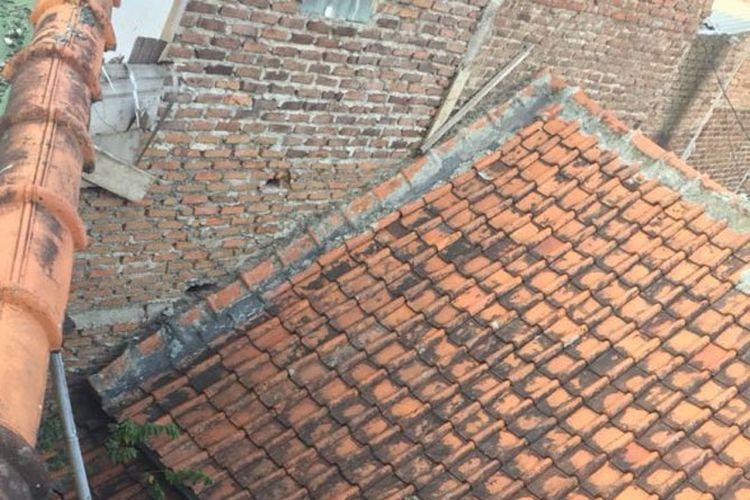 Tidak ada jalan akses ke rumah eko akibat terkepung rumah tetangga di Ujungberung, Kota Bandung.