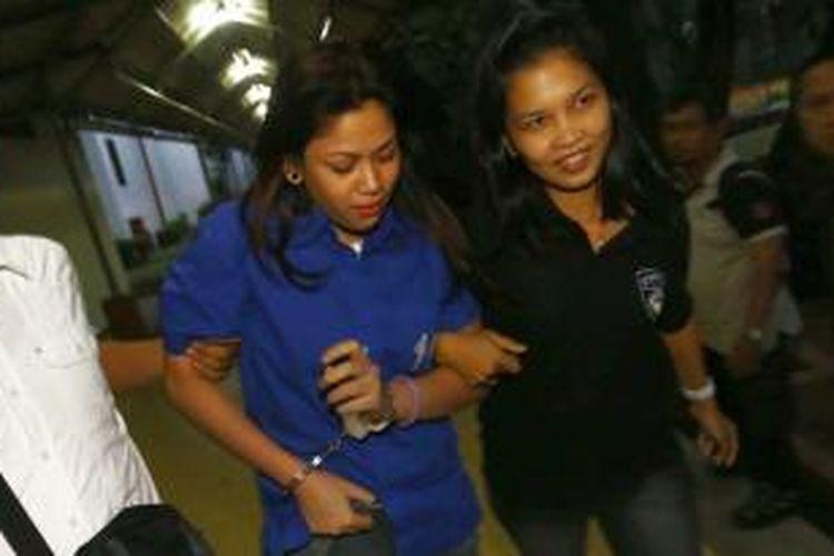 Vanny Rossyane (kiri), mantan kekasih bandar narkoba yang divonis mati Freddy Budiman, digiring saat akan menggelar konferensi pers di Gedung Direktorat IV Narkoba, Cawang, Jakarta Timur, Selasa (17/9/2013). Vanny ditangkap polisi di salah satu hotel di Jakarta Barat, dengan barang bukti berupa 2 paket sabu, alat hisap, dan 2 handphone.