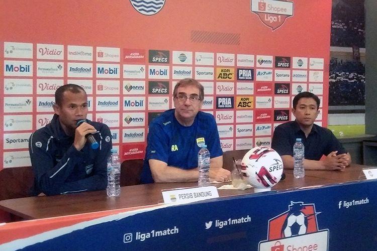 Pelatih Persib Bandung, Robert Rene Alberts (tengah), bersama kapten tim Persib Supardi Nasir (kiri), dalam konferensi pers jelang laga melawan Persela Lamongan, di Graha Persib, Sabtu (29/2/2020).