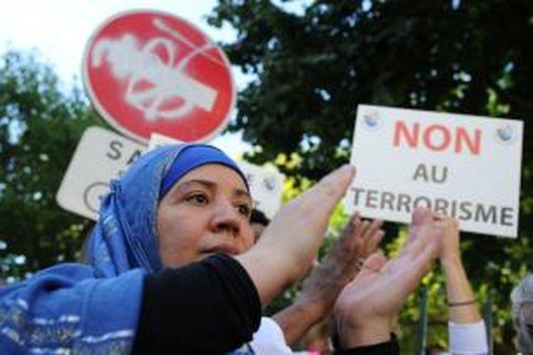 Warga Muslim Perancis menggelar aksi damai di Paris, Jumat (16/9/2014), untuk mengecam kekejaman yang dilakukan Negara Islam Irak dan Suriah (ISIS).