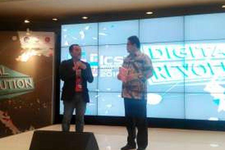 Rudiantara menerima Buku Digital ChampionShift karya Muhammad Awaluddin dan IndoTelko dari Editor in Chief IndoTelko.com Doni Ismanto Darwin saat membuka Seri Diskusi Indonesia Cellular Show (ICS) dengan tema