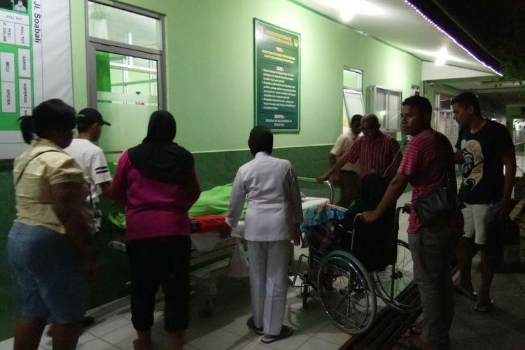 Sejumlah pasien di Rumah Sakit Alfatah Ambon terpaksa dirawat di halaman Masjid Raya Alfatah akibat gempa bumi yang mengguncang kota Ambon, Selasa malam (31/10/2017). Selain di rumah sakit Al Fatah pasien di rumah skait dr Latumeten juga ikut dikeluarkan saat gempa terjadi