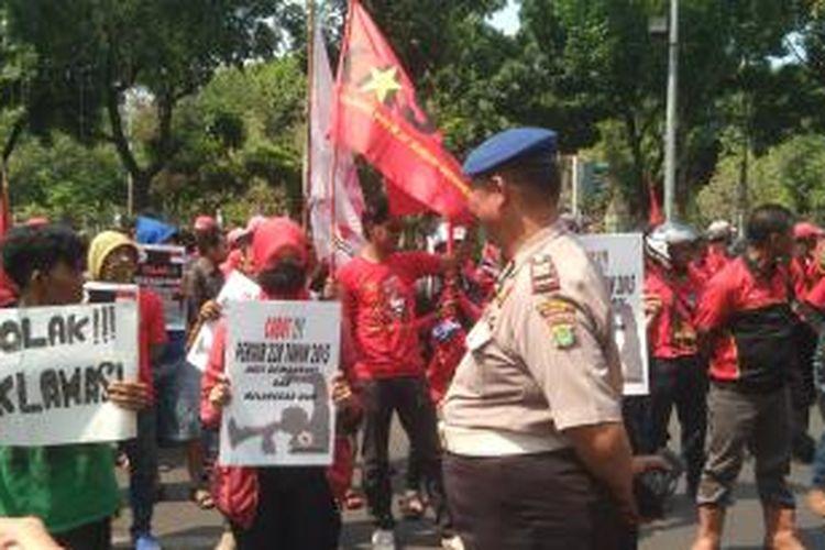 Gabungan organisasi buruh melakukan unjuk rasa untuk menolak Pergub 228 tahun 2015 tentang Pengendalian Pelaksanaan Penyampaian Pendapat di Muka Umum pada Ruang Terbuka.