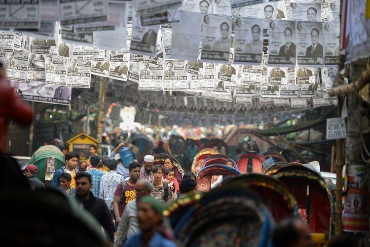 Poster kandidat terpasang di sepanjang jalan di Bangladesh, menjelang pemilihan yang akan dilangsungkan pada 30 Desember 2018 mendatang.