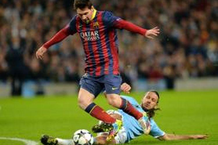 Bek Manchester City, Martin Demichelis, menjegal bintang Barcelona, Lionel Messi, saat kedua tim berlaga pada leg pertama babak 16 besar Liga Champions di Stadion Etihad, Selasa (18/2/2014).