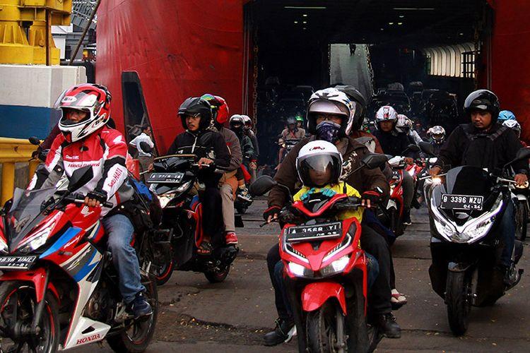 Sejumlah pemudik bersepeda motor dari Pulau Sumatera meninggalkan kapal roro di Pelabuhan Merak, Banten, Minggu (9/6/2019). Puncak arus balik di Pelabuhan Merak diprediksi terjadi pada H+4  hari Minggu (9/6) karena para pemudik akan kembali bekerja pada hari Senin (10/6).