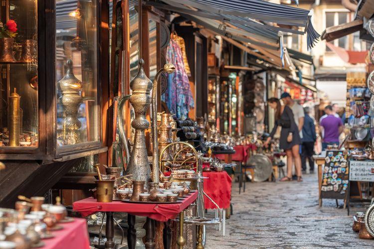 Contoh toko yang menjual kerajinan dari tembaga khas Bosnia dan Herzegovina