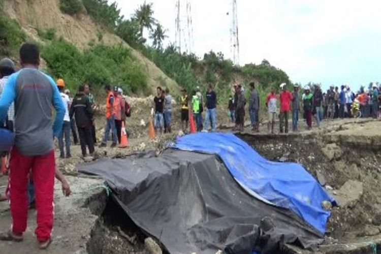 Jalan trans-Sulawesi putus total, tebing gunung dikeruk untuk dijadikan jalan alternatif.