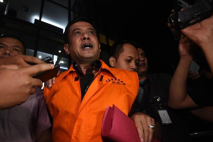 Bupati Nganjuk yang terjaring operasi tangkap tangan (OTT) KPK Taufiqurrahman mengenakan rompi tahanan usai menjalani pemeriksaan di Jakarta, Kamis (26/10/2017). KPK menetapkan lima orang tersangka serta menyita barang bukti uang sebesar Rp 298 juta yang diduga sebagai uang suap jual beli jabatan di Kabupaten Nganjuk.
