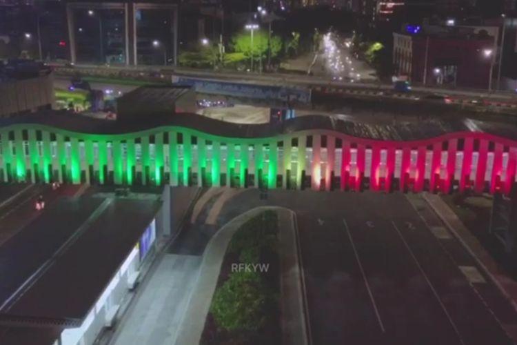 Warna bendera Palestina pada lampu Jembatan Penyeberangan Orang (JPO) Pasar Senen Jakarta Pusat