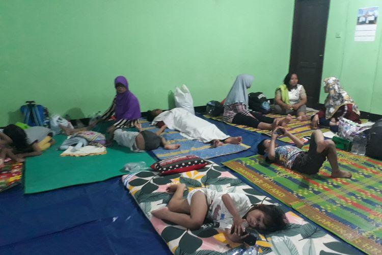 Warga Cipinang Melayu mengungsi di Mushala Kantor Kelurahan Cipinang Melayu, karena kembali banjir, Jumat (28/2/2020).