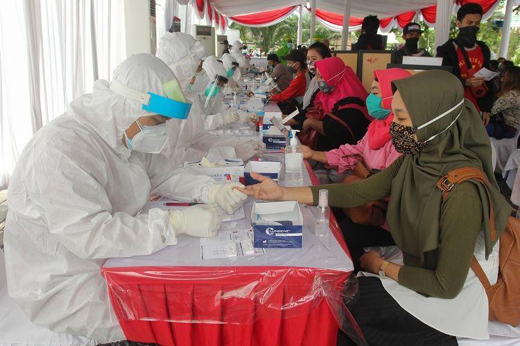 Warga mengikuti tes cepat (Rapid Test) COVID-19 massal di Lapangan Hoki, Jalan Dharmawangsa, Surabaya, Jawa Timur, Sabtu (20/6/2020). Badan Intelijen Negara (BIN) telah melakukan tes cepat (Rapid Test) COVID-19 terhadap 34.021 orang serta tes usap (Swab Test) COVID-19 terhadap 4.637 orang di Surabaya sejak Jumat (29/5/2020) sampai Sabtu (20/6/2020) sebagai upaya untuk memutus rantai penularan COVID-19. ANTARA FOTO/Didik Suhartono/wsj.