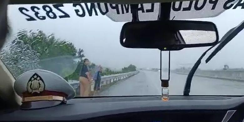 Sedang Viral, [POPULER NUSANTARA] Ibu dan 2 Anak Menangis, Jalan Kaki di Tol Saat Hujan Lebat | Polisi Ancam Pidanakan Warga yang Tak Kembalikan Uang Rp 94 Juta Tercecer