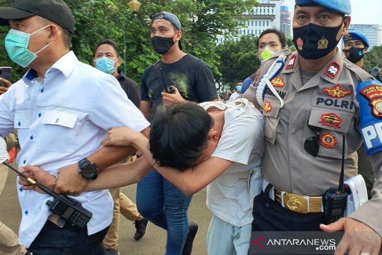 Polisi mengamankan orang yang diduga pencopet di Silang Barat Daya Monas, Rabu (28/10/2020). (ANTARA/Livia Kristianti)