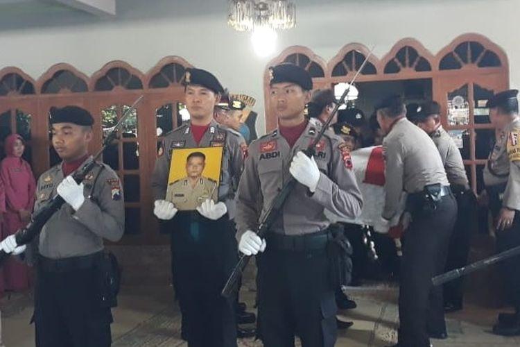 Prosesi pemakaman Bripka Salip dengan dinas kepolisian di Sragen, Jawa Tengah, Selasa (7/5/2019).