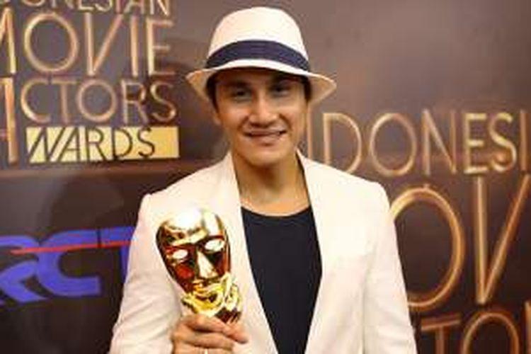 Vino G Bastian mendapatkan penghargaan Pemeran Pria Utama Terfavorit saat acara Indonesia Movie Actors Awards (IMA) 2016 di Studio 14 RCTI, Jakarta, Senin (30/5/2016). Malam puncak IMA Awards 2016 merupakan malam penganugerahan karya perfilman Indonesia dan penghargaan bergengsi bagi para sineas Tanah Air.