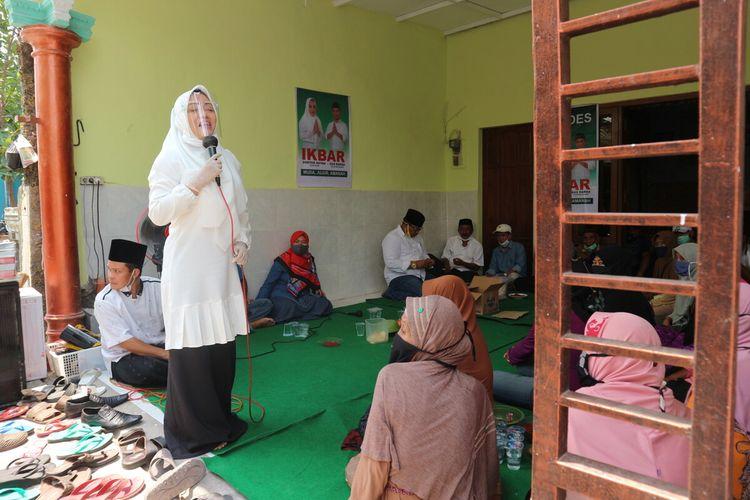 Calon Bupati Mojokerto Ikfina Fahmawati saat kampanye tatap muka di Desa Gayam, Kecamatan Bangsal, Kabupaten Mojokerto, Jawa Timur, Minggu (18/10/2020).