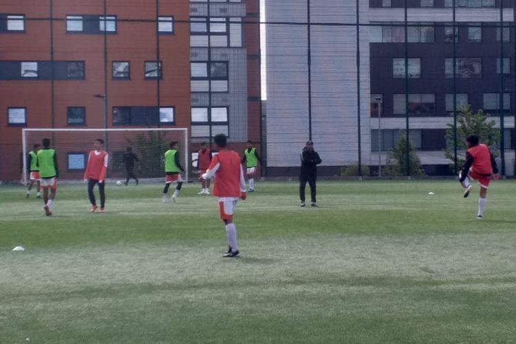 Tim Garuda Select berlatih di Lapangan Sepak Bola Universitas Aston, Birmingham, Inggris, Sabtu (4/5/2019).