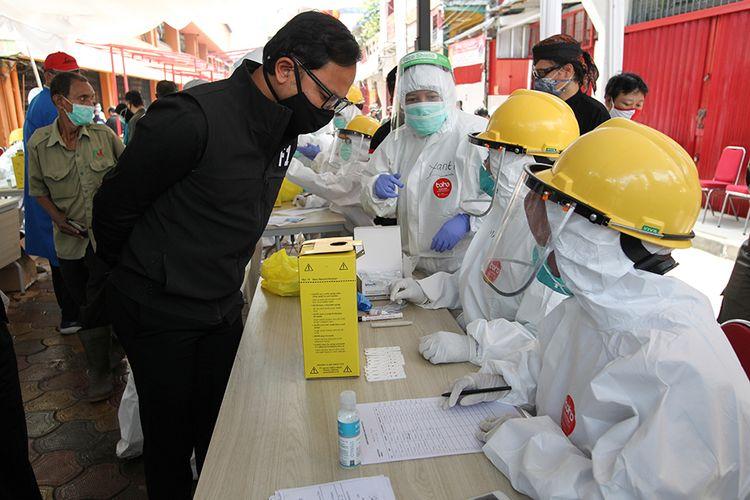 Walikota Bogor,  Bima Arya Sugiarto meninjau uji cepat (rapid test) massal Covid-19 yang digelar Dinas Kesehatan Kota Bogor di Pasar Bogor, Kota Bogor, Rabu (29/4/2020). Rapid test untuk mencegah penyebaran wabah Covid-19.