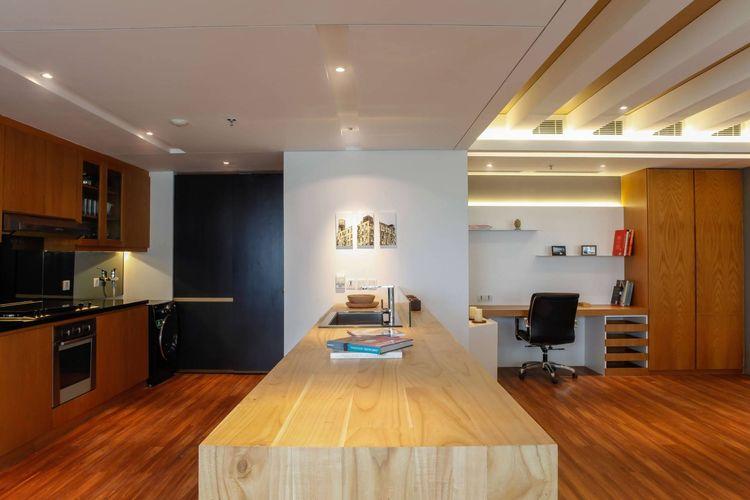 Kitchen office dengan dominasi aksen kayu, karya Design Intervention
